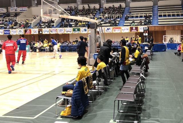 ヤマト市民体育館コートエンド席2列目