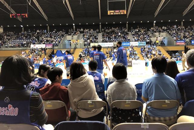 松江市総合体育館スタンド最前列
