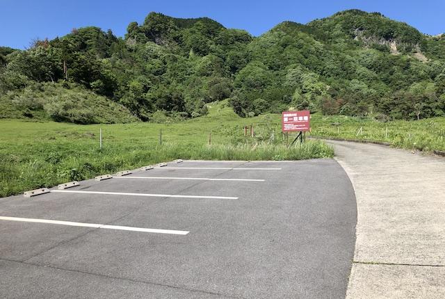 高森殿の杉駐車場