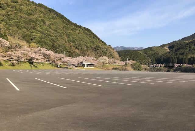 市房ダム湖畔駐車場